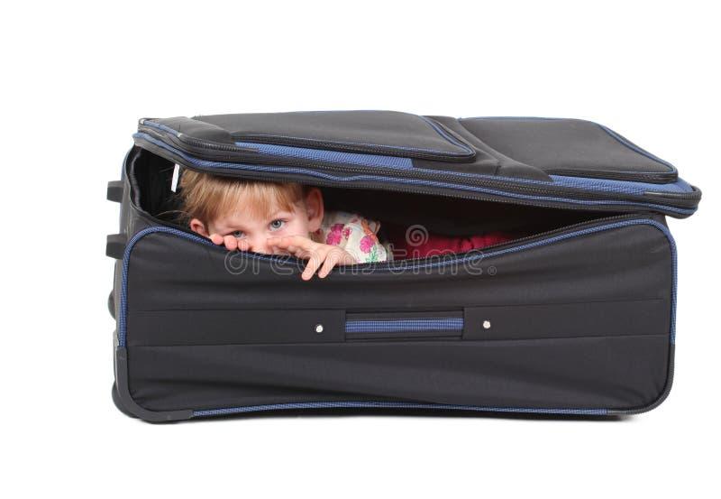 Neugierig wenig Mädchen des blonden Haares im Koffer lizenzfreie stockfotos