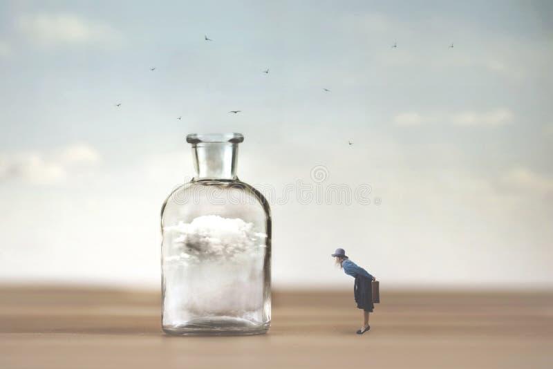 Neugierige Frau beobachtet mit Erstaunen eine Wolke, die in einem Vase eingeschlossen wird lizenzfreies stockbild