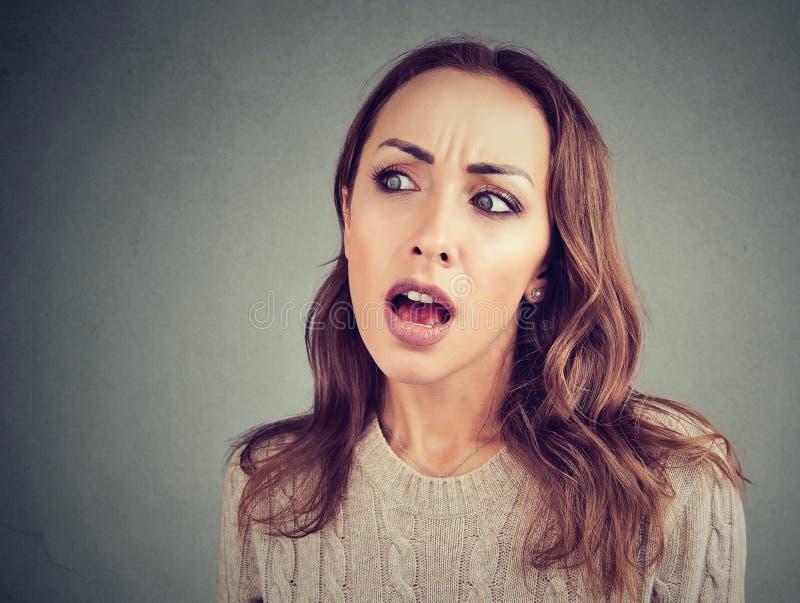 Neugierige Frau, die auf Klatsch hört stockfotos