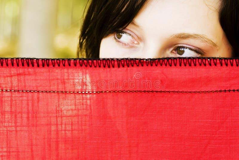 Neugierige Frau hinter Schleier lizenzfreie stockbilder