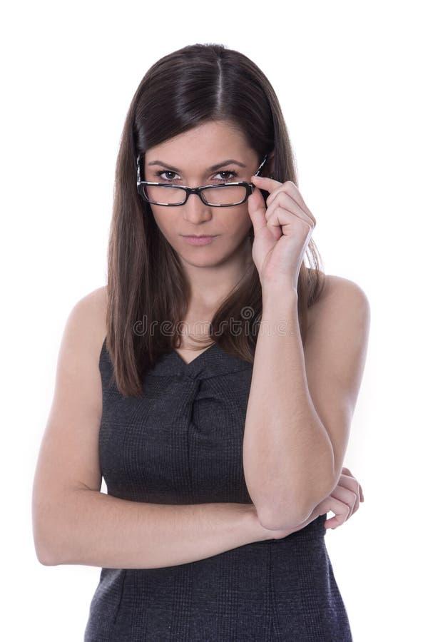 Neugierige junge Geschäftsfrau, die Details betrachtet. stockfoto