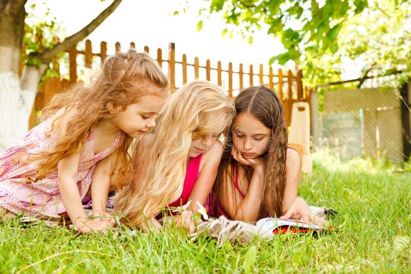 Neugierige Kinder lizenzfreie stockfotos