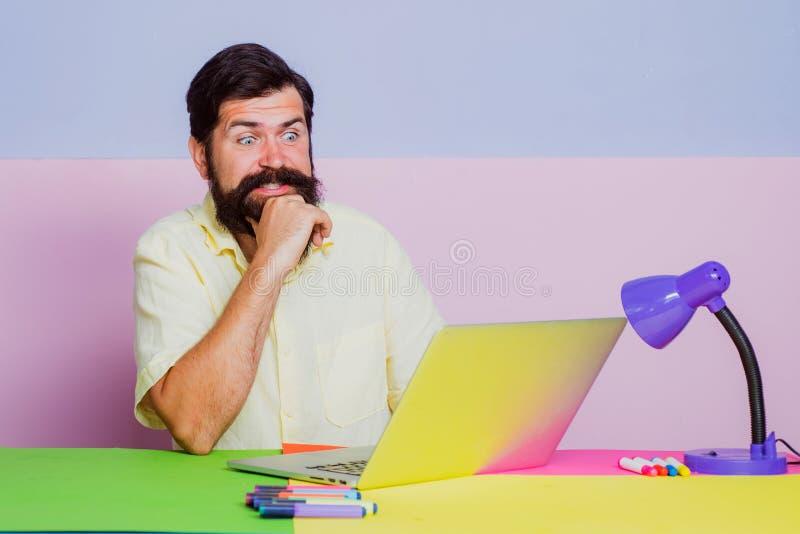 Neugieriger Geschäftsmann mit Laptop im Büro Geschäftsmann feiert Erfolg Geschäftsmann im Büro lizenzfreies stockfoto