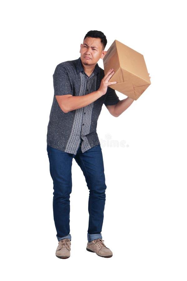Neugieriger Kurier Delivery Man Listening zum Kasten des Pakets stockbilder