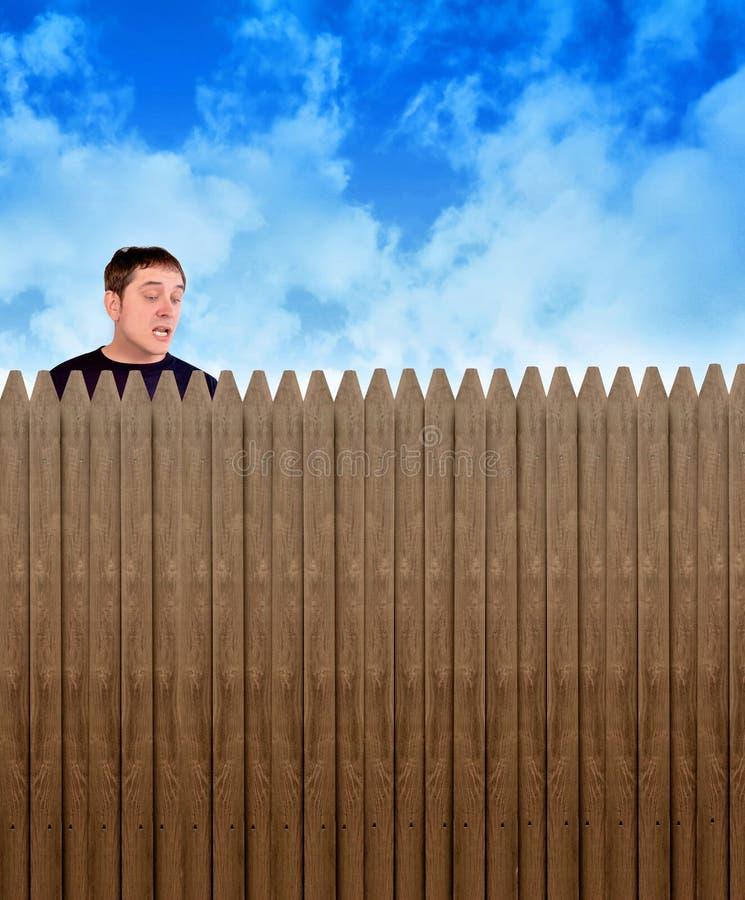 Neugieriger Nachbarmann, der über Zaun schaut stockbilder