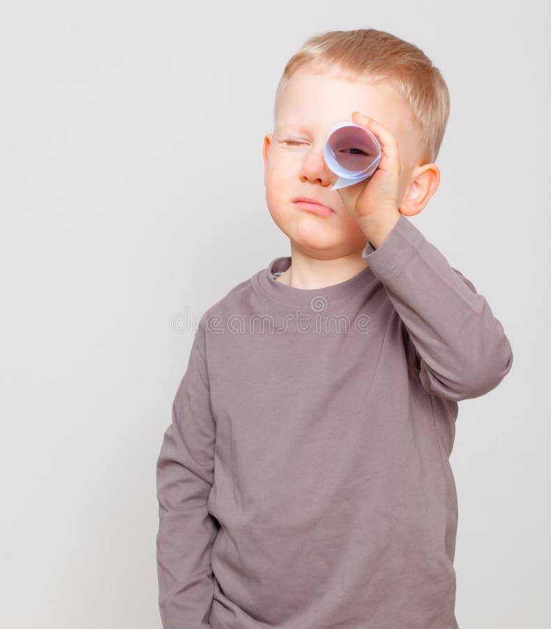 Neugieriges Kind lizenzfreie stockfotos