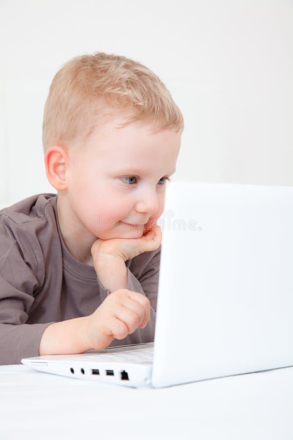 Neugieriges Kind lizenzfreies stockfoto