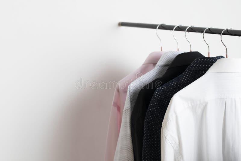 Neuheits-Hemden, die am Gestell im Einkaufszentrum hängen stockfotografie