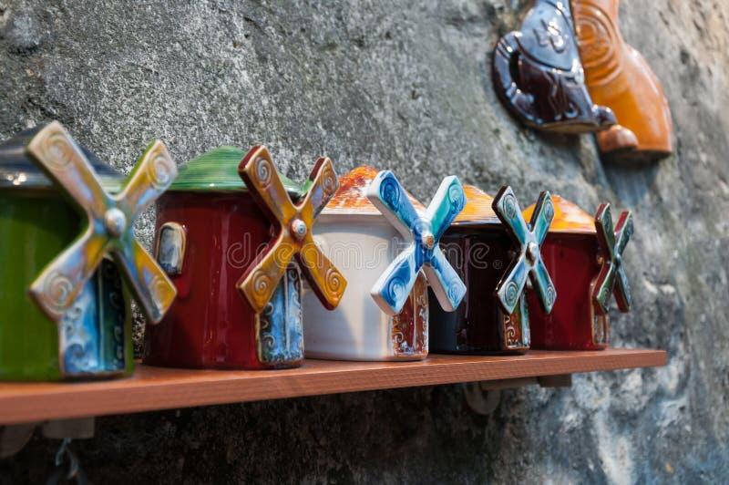 Neujahr Weihnachtskunst zum Verkauf in Montmartre Paris Frankreich Keramik-Souvenirmühlen stockbilder