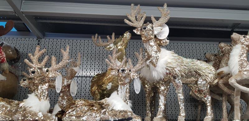 Neujahrsspielzeug im Supermarktregal - Schneemänner, Hirsch, Bären lizenzfreies stockbild