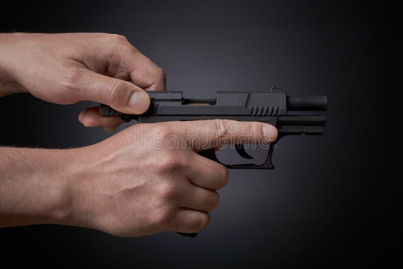 Neuladen des Gewehrs stockfotografie