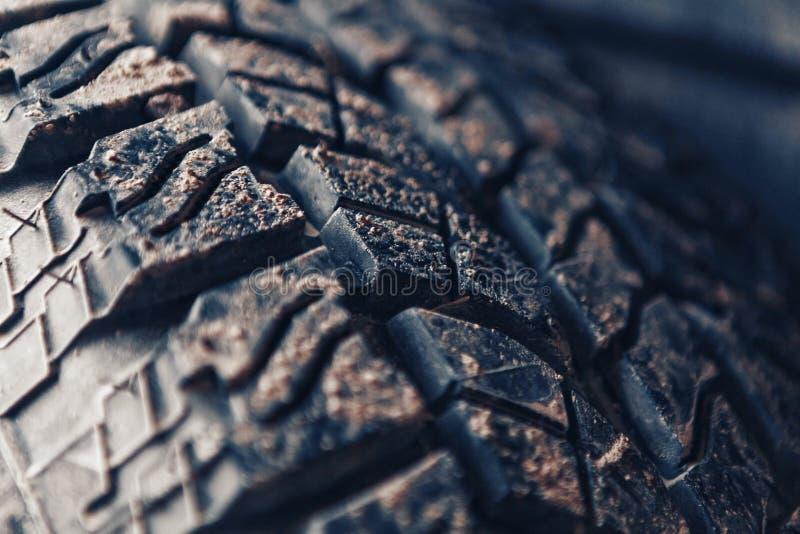 Neumático campo a través claveteado con fango imagen de archivo libre de regalías