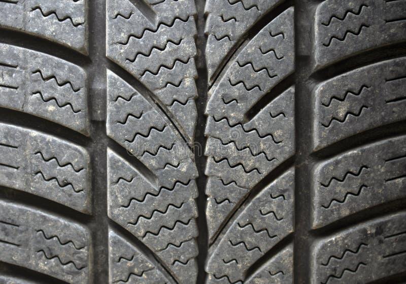 Neumático de automóvil con los surcos del perfil del invierno imagen de archivo