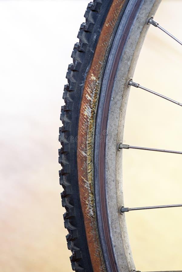 Neumático de bicicleta dañado fotos de archivo
