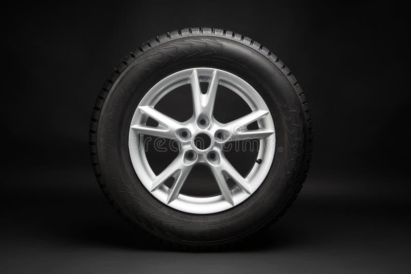 Neumático de coche en fondo negro foto de archivo libre de regalías