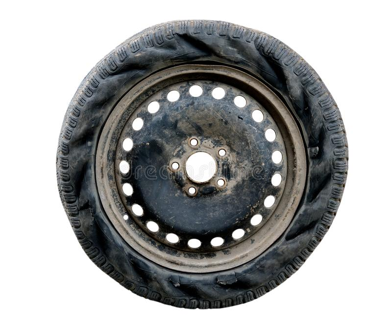 Neumático de coche rasgado aislado en el fondo blanco foto de archivo