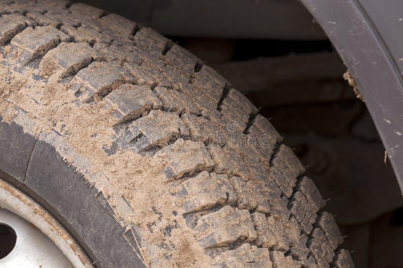 Neumático de coche sucio fotos de archivo libres de regalías
