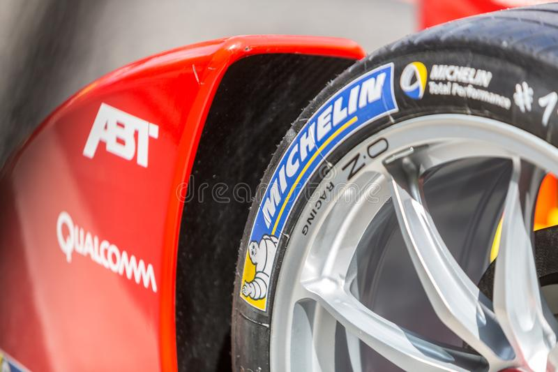 Neumático de Michelin en la rueda de coche de carreras fotos de archivo libres de regalías