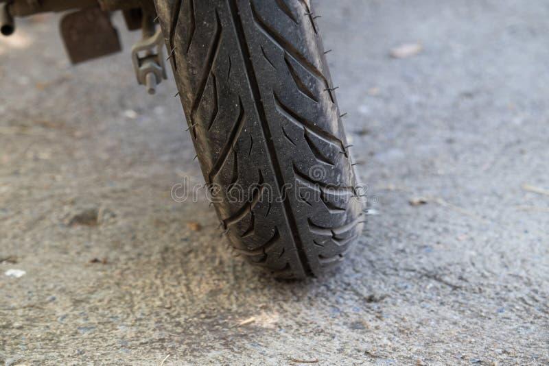Neumático de motocicleta en la carretera imagen de archivo