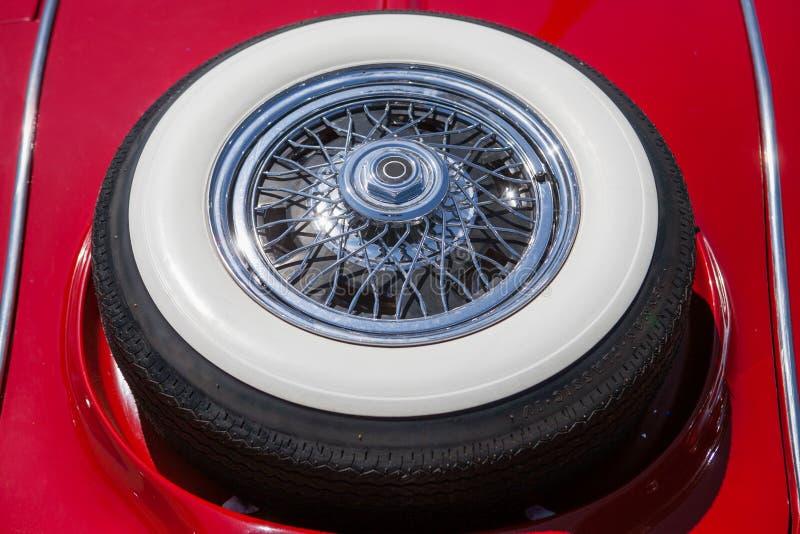 Neumático de repuesto en un coche retro rojo imagen de archivo libre de regalías