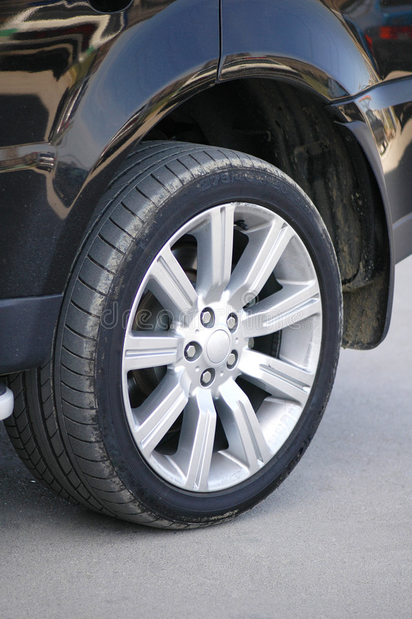Neumático de un coche negro brillante fotos de archivo libres de regalías