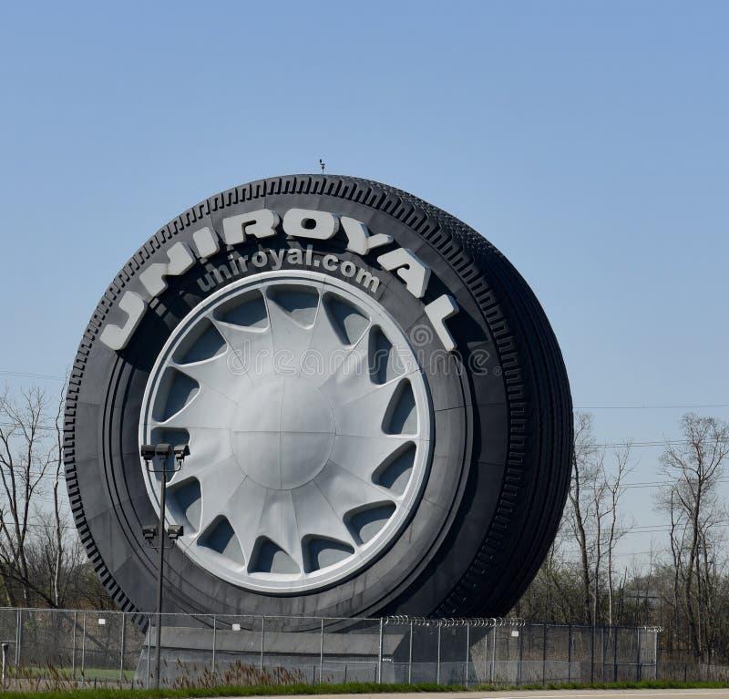 Neumático del gigante de Uniroyal foto de archivo libre de regalías