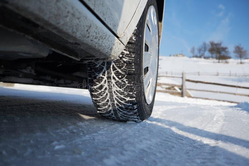 Neumático del invierno en nieve imagen de archivo libre de regalías