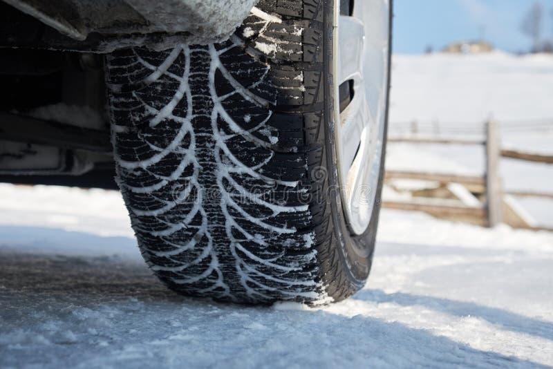 Neumático del invierno en nieve fotografía de archivo libre de regalías