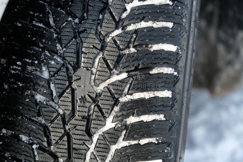 Neumático del invierno en nieve imagenes de archivo