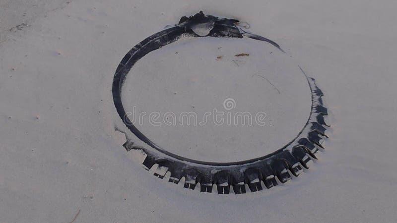 Neumático en la arena fotografía de archivo
