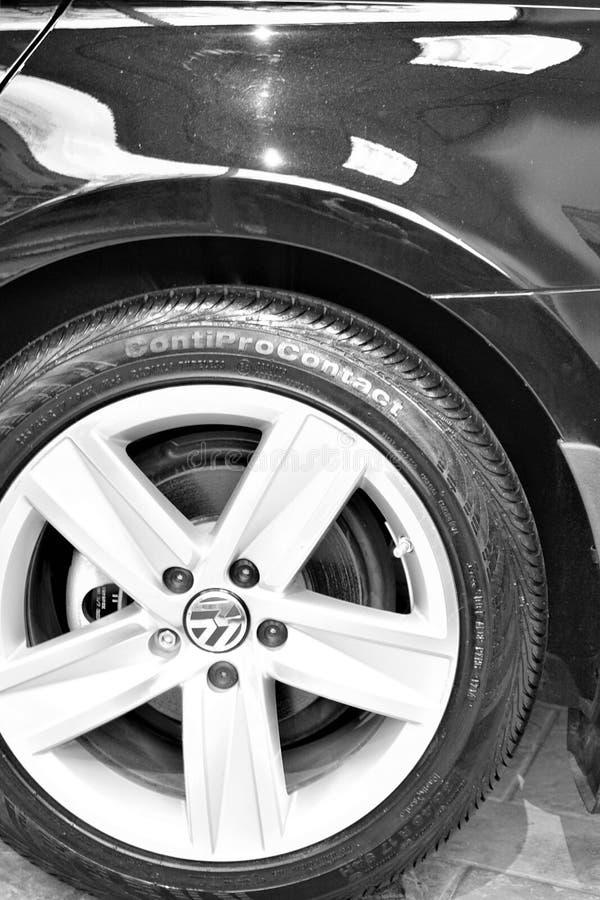 Neumático limpio engrasado y brillante del contacto de ContiPro listo para la venta fotografía de archivo