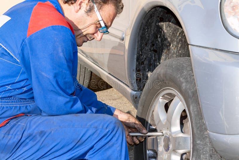 Neumático mecánico de las reparaciones imagen de archivo