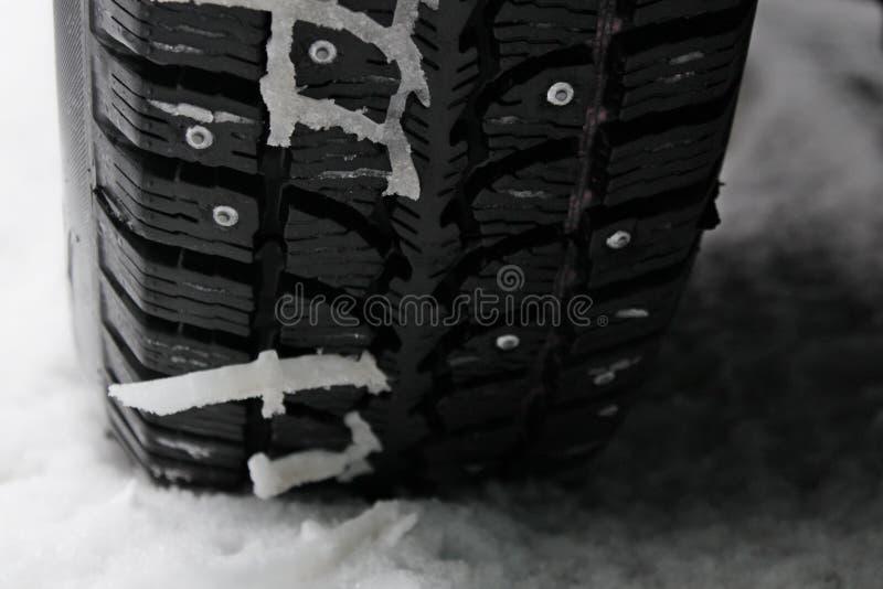Neumático tachonado invierno en la nieve fotografía de archivo