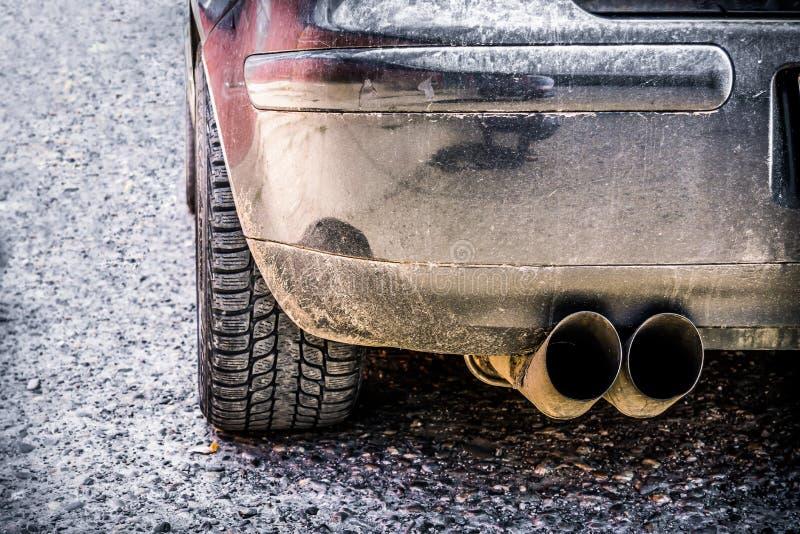 Neumáticos de coche en el camino fotografía de archivo libre de regalías
