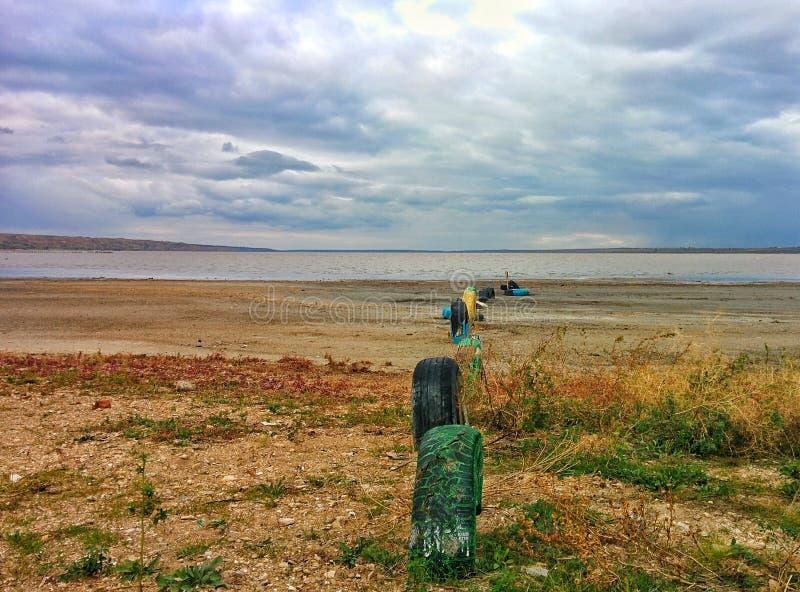 Neumáticos de coche en orilla del lago fotografía de archivo libre de regalías