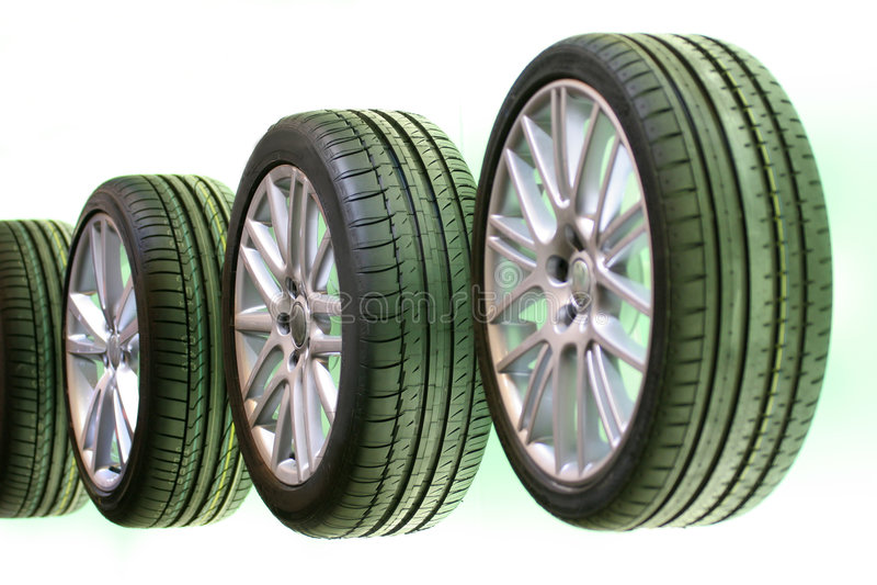 Neumáticos de coche en una fila imagenes de archivo