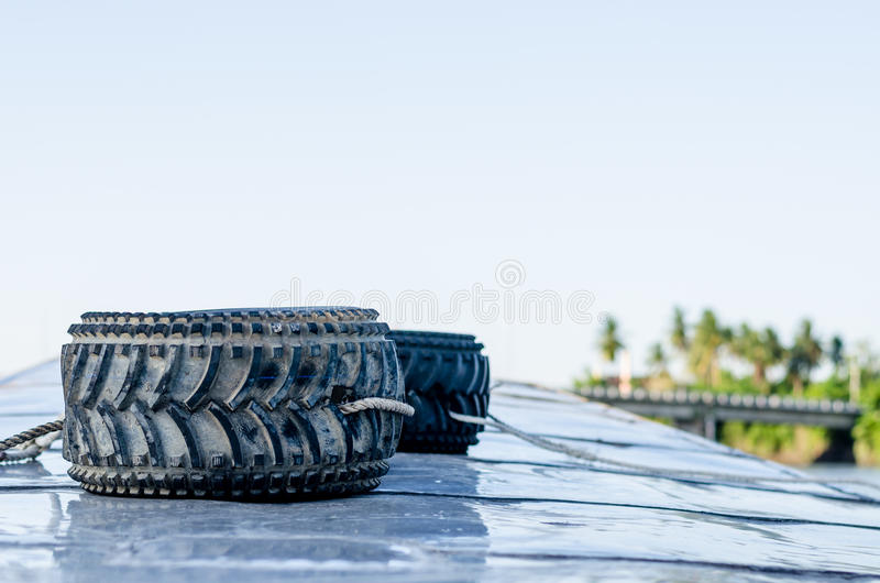 Neumáticos de coche viejos en el barco en el río tailandés imágenes de archivo libres de regalías