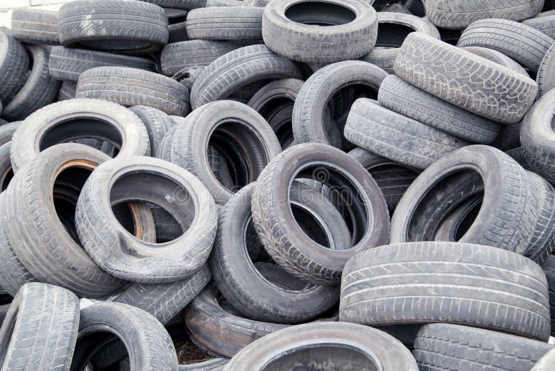 Neumáticos de goma usados imágenes de archivo libres de regalías
