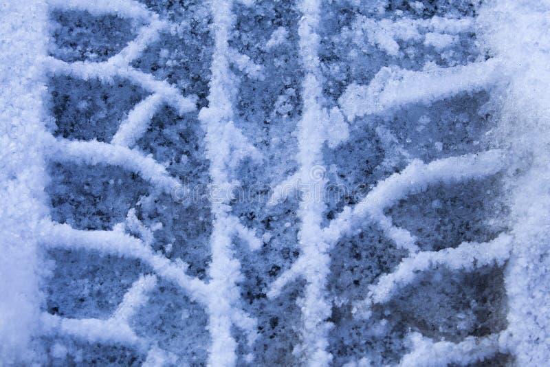 Neumáticos de la impresión en el primer de la nieve foto de archivo