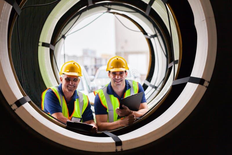 Neumáticos de los trabajadores de Warehouse fotos de archivo