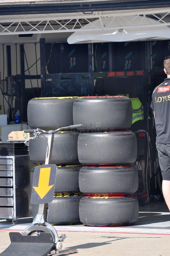 Neumáticos del coche F1 en garage del hueco fotos de archivo libres de regalías