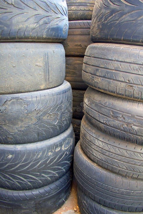 Neumáticos del coche usado con los hilos gravemente gastados cercanos encima de imagen vertical fotos de archivo libres de regalías