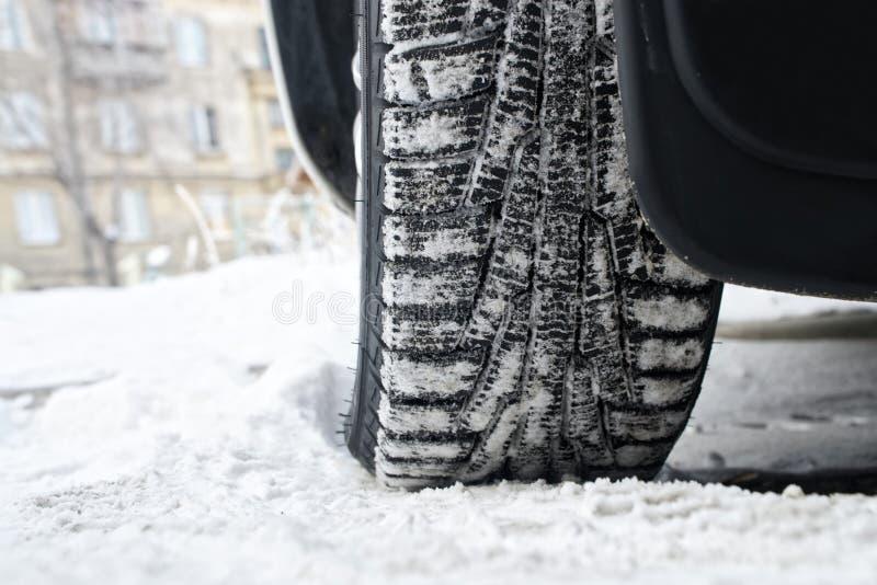Neumáticos del invierno del coche de la pisada con el liposystem Conducción segura imagen de archivo