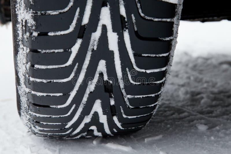 Neumáticos del invierno en la nieve imagenes de archivo