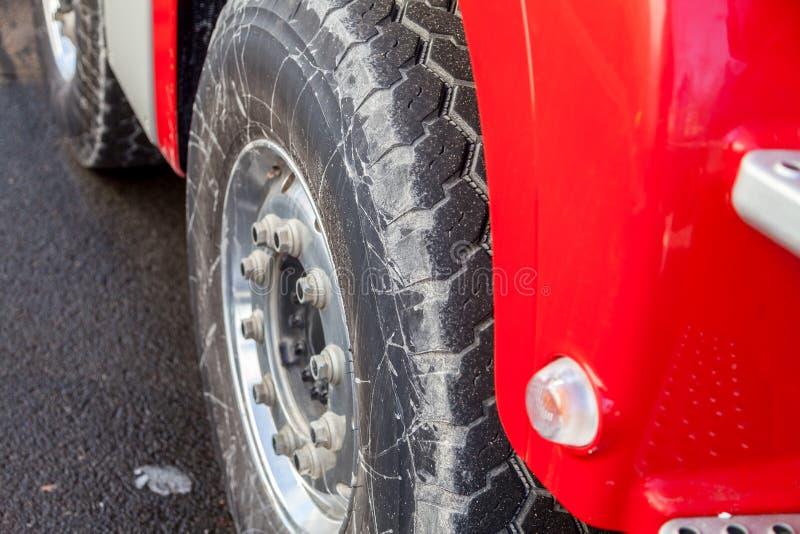 Neumáticos en un camión campo a través pesado foto de archivo libre de regalías