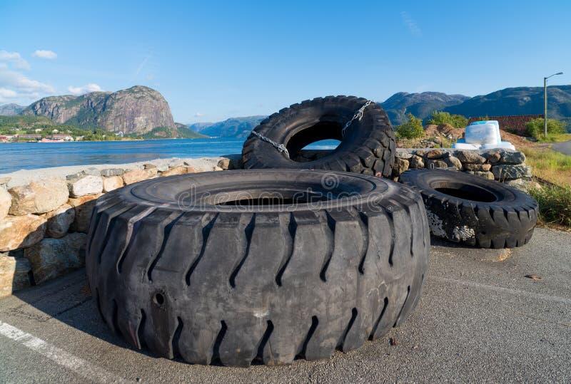 Neumáticos usados del tractor imagen de archivo