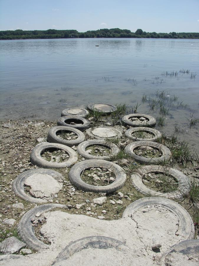Neumáticos viejos como trayectoria fotos de archivo