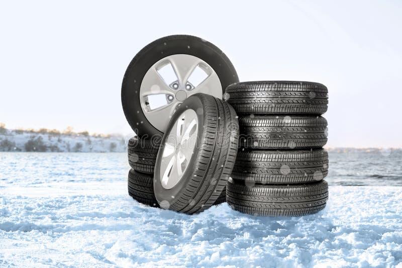 Neumáticos y nieve del invierno en la orilla del río fotos de archivo libres de regalías