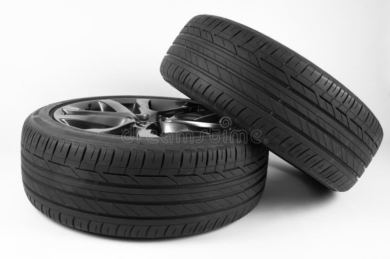 Neumáticos y ruedas aislados para el coche en un fondo blanco fotos de archivo libres de regalías