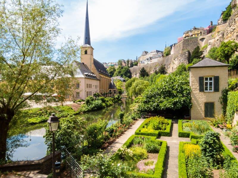 Neumuenster修道院和阿尔泽特河河,卢森堡城市,卢森堡 库存照片